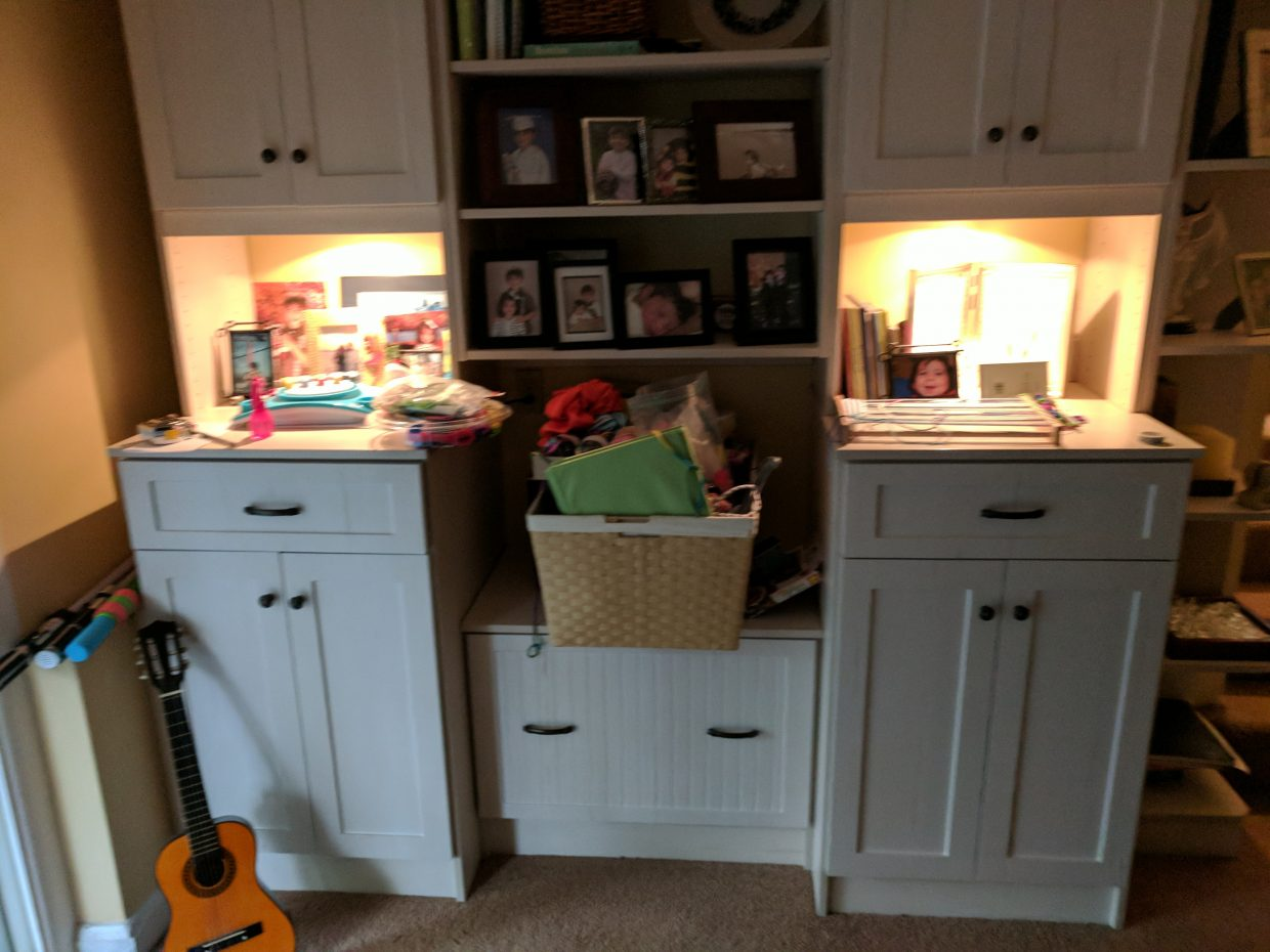 Den toy storage and display unit